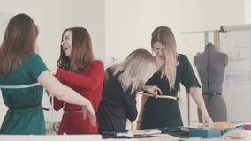 Jonge needlewoman nemende maatregelen van vrouwelijke cliënt stock video