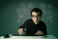 Jonge nerdhakker met virus en het binnendringen in een beveiligd computersysteem gedachten Royalty-vrije Stock Fotografie