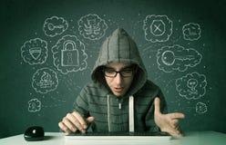 Jonge nerdhakker met virus en het binnendringen in een beveiligd computersysteem gedachten Stock Fotografie