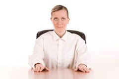 Jonge onderneemster bij bureau Stock Afbeeldingen