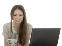 Jonge onderneemster bij een bureau met een kop van coffe isolat Stock Fotografie