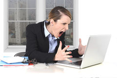 Jonge onderneemster boos in spanning op kantoor die aan computer werken Stock Afbeelding
