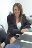 Jonge onderneemster in bureau Stock Foto's