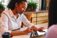 Jonge onderneemster die aan digitale tablet werken Stock Afbeelding