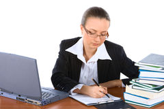 Jonge onderneemster die in bureau werkt stock afbeelding