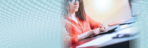 Jonge onderneemster die een calculator gebruiken Panoramische banner stock fotografie