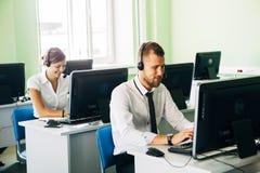 Jonge onderneemster die in een call centre met zijn collega's werken royalty-vrije stock foto