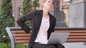 Jonge Onderneemster die met Rugpijn aan Openlucht Laptop werken stock footage