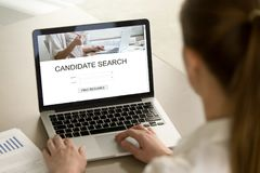Jonge onderneemster die naar baankandidaat zoeken op laptop royalty-vrije stock foto's