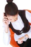 Jonge onderneemster die op haar horloge kijkt Stock Foto