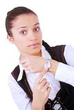 Jonge onderneemster die op haar horloge richt Royalty-vrije Stock Afbeeldingen