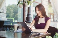 Jonge onderneemster die in openlucht met laptop werken Royalty-vrije Stock Fotografie