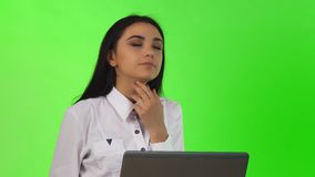Jonge onderneemster die terwijl het werken aan de computer denken stock video