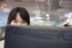 Jonge Onderneemster Looking over Computer in het Bureau stock afbeeldingen