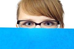 Jonge onderneemster met blauwe omslag royalty-vrije stock foto