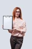 Jonge onderneemster met klembord tegen witte achtergrond royalty-vrije stock foto