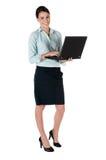 Jonge onderneemster met laptop, die op wit wordt geïsoleerdd Stock Afbeeldingen