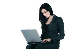 Jonge onderneemster met laptop op wit Royalty-vrije Stock Afbeeldingen