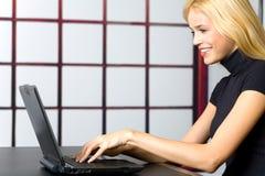 Jonge onderneemster op laptop Stock Foto