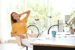 Jonge Onderneemster Relaxing In Office stock afbeeldingen