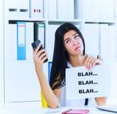Jonge onderneemster tijdens nutteloos gesprek met de cliënt of de werkgever Efficiënt communicatie concept royalty-vrije stock foto's