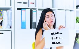 Jonge onderneemster tijdens nutteloos gesprek met de cliënt of de werkgever Efficiënt communicatie concept stock fotografie