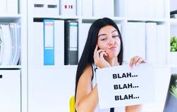 Jonge onderneemster tijdens nutteloos gesprek met de cliënt of de werkgever Efficiënt communicatie concept stock foto's