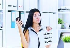 Jonge onderneemster tijdens nutteloos gesprek met de cliënt of de werkgever Efficiënt communicatie concept royalty-vrije stock afbeeldingen