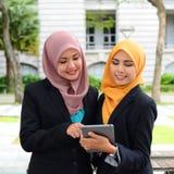 Jonge onderneemsters die informatie over laptop delen Royalty-vrije Stock Fotografie