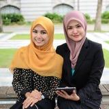 Jonge onderneemsters die informatie over laptop delen Royalty-vrije Stock Afbeeldingen
