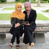 Jonge onderneemsters die informatie over laptop delen Stock Foto