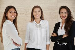 Jonge onderneemsters die samen bevinden zich glimlachend Royalty-vrije Stock Afbeelding