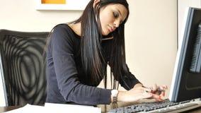 Jonge onderneemsterzitting bij bureau in bureau bezig op telefoon royalty-vrije stock foto's