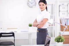 Jonge onderneemsterzitting op het bureau met kop in bureau Jonge Onderneemster Stock Afbeelding