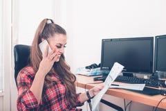 Jonge ondernemer die het financiële verslag en het spreken bekijken royalty-vrije stock afbeeldingen