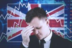 Jonge ondernemer met het dalen financiëngrafiek Stock Fotografie