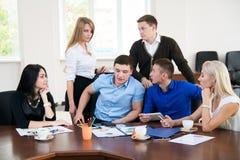 Jonge ondernemers op een commerciële vergadering in het bureau Stock Foto