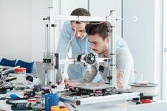 Jonge onderzoekers en 3D printer stock afbeelding