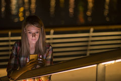 Jonge ongelukkige de tienervrouw van het close-upportret, die op celtelefoon spreken Stock Foto