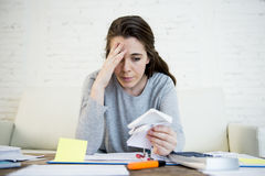 Jonge ongerust gemaakte vrouw die aan spanning lijden die de binnenlandse rekeningen van de boekhoudingsadministratie doen Royalty-vrije Stock Afbeelding