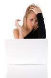 Jonge ongerust gemaakte vrouw gebruikend a met laptop Royalty-vrije Stock Afbeelding
