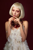 Jonge onschuldige vrouw in witte kleding Royalty-vrije Stock Foto's