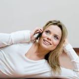 Jonge ontspannen vrouw op mobiel Stock Foto