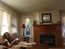 Jonge ontspannen vrouwenlezing, Stock Fotografie