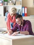 Jonge ontwerpers die aan nieuw project in bureau werken royalty-vrije stock afbeelding
