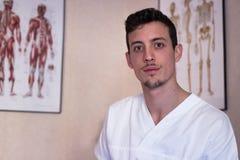 Jonge osteopaat in zijn bureau Royalty-vrije Stock Afbeelding