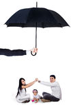 Jonge ouders die met hun dochter onder paraplu spelen Stock Fotografie