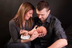 Jonge ouders met babyjongen stock foto