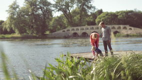 Jonge ouders met hun zoon bij de vijver stock footage