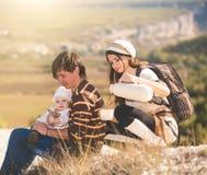 Jonge ouders met jong geitje op de bergen Stock Foto